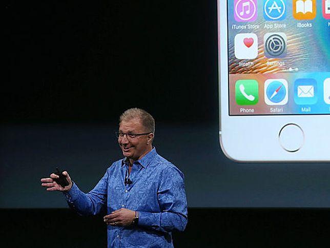 Greg Joswiak podczas prezentacji iPhone SE
