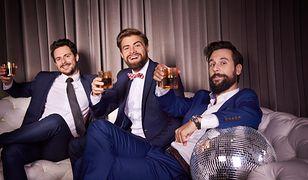 Granatowy garnitur będzie bardzo dobrym wyborem na weselne przyjęcie