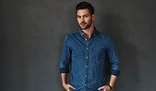 Ciemna koszula może być dobrym zamiennikiem klasycznego, białego modelu