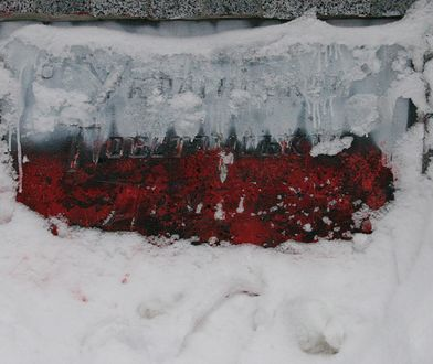 W Charkowie zdewastowali pomnik ku czci UPA . Zamalowano go na biało-czerwono
