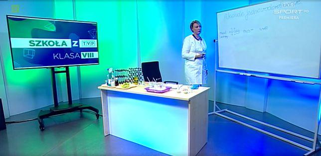 """Kadr z lekcji chemii dla klas 8. w ramach projektu """"Szkoła z TVP""""."""