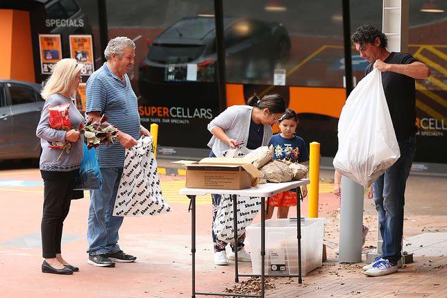 Szef kuchni rozdaje darmowe posiłki na ulicy