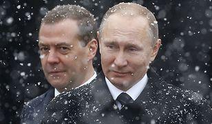 Dmitrij Miedwiediew na drugim planie, za Władimirem Putinem