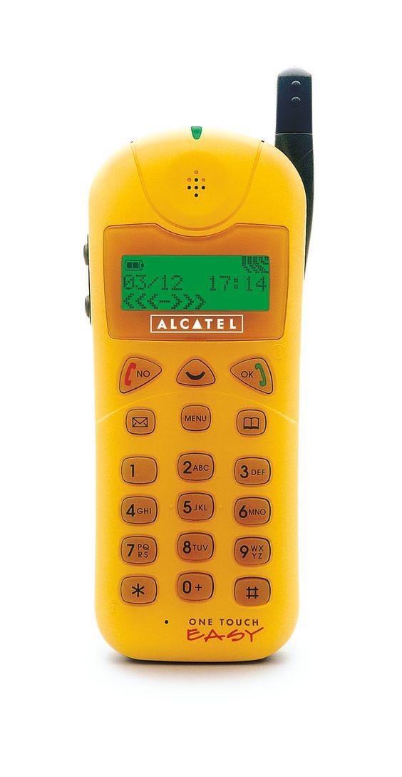 Alcatel One Touch Easy wniósł powiew świeżości na rynek czarnych, kanciastych komórek. Choć niektórych śmieszył i mówiono o nim zabawkowy, zwracał na siebie uwagę.