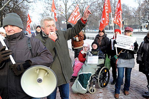 Piotr Ikonowicz podczas manifestacji opiekunów dzieci niepełnosprawnych