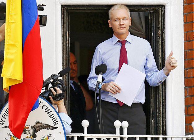 Assange na balkonie ambasady Ekwadoru w 2012 roku.