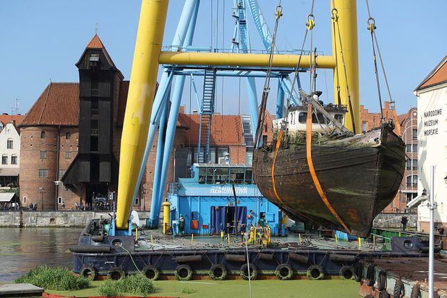 Gdańsk. Z dna Mariny wydobyto jacht Incentive