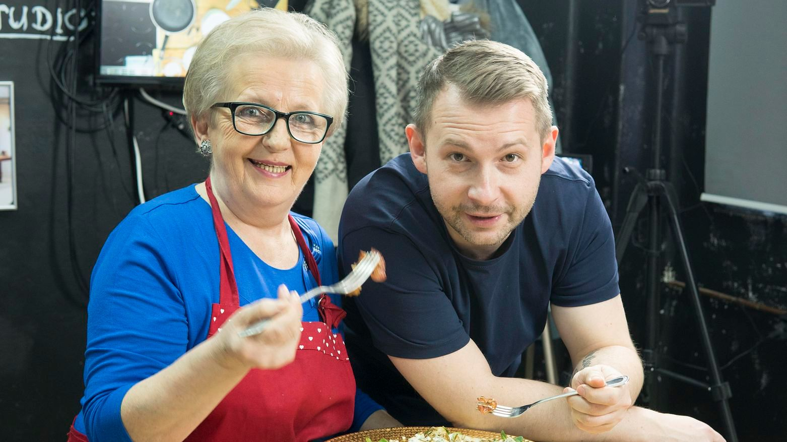 Pani Jola Caputa to prawdziwa mistrzyni w kuchni. Na zdjęciu z synem Grzegorzem.