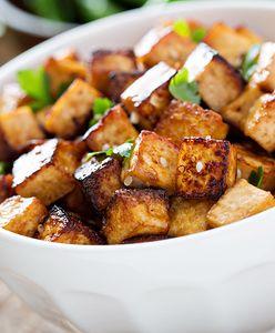 Może zastąpić mięso w diecie. Dlaczego warto jeść tofu?