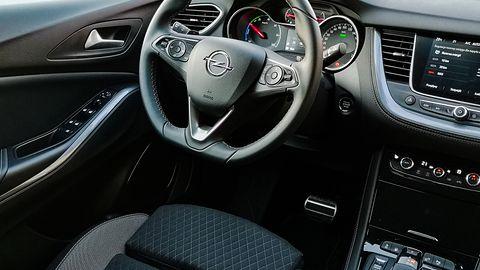 Opel Grandland X Hybrid4: Napęd hybrydowy, system odzyskiwania energii oraz wsparcie kierowcy