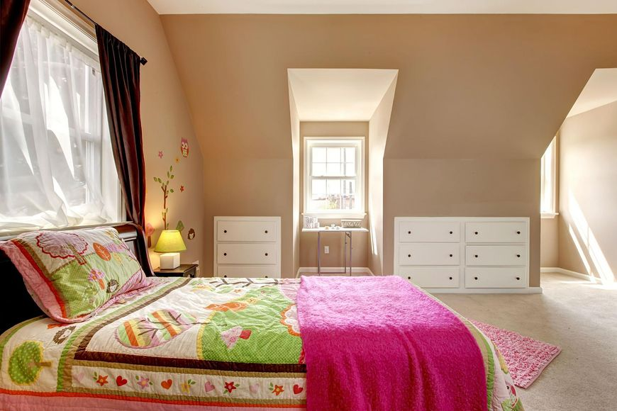 Duże łóżko w pokoju dziecka