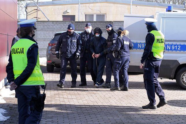 Tragiczny finał imprezy w Mądrzechowie. Jeden z podejrzanych doprowadzany na przesłuchanie w Bytowie