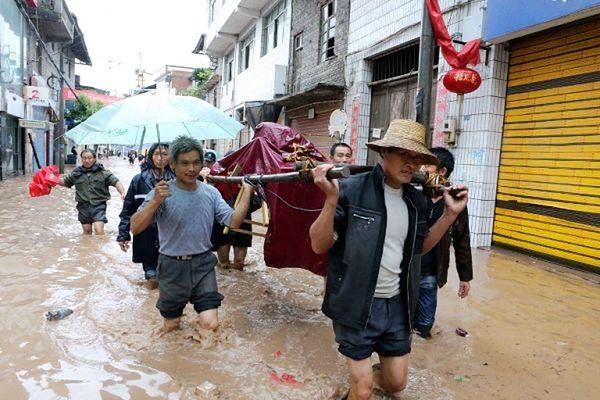 Co najmniej 19 ofiar powodzi w Chinach