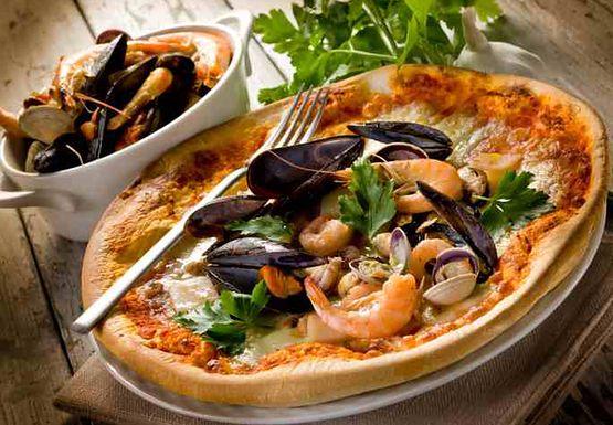 Małże i morskie ślimaki na talerzu