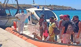 Włochy. W klapkach, z walizką i pudlem na smyczy. Migranci zapełniają Lampedusę
