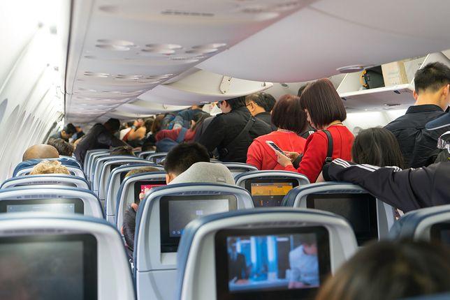 Na pokładach samolotów zabronione jest samodzielne wyjmowanie przedmiotów z mechanizmu fotela