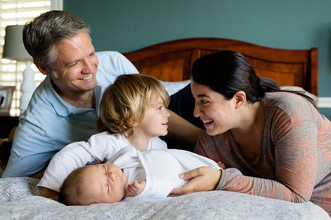 Ojcowie szczęśliwsi niż matki. Badania jasno pokazały, kto bardziej cieszy się z rodzicielstwa