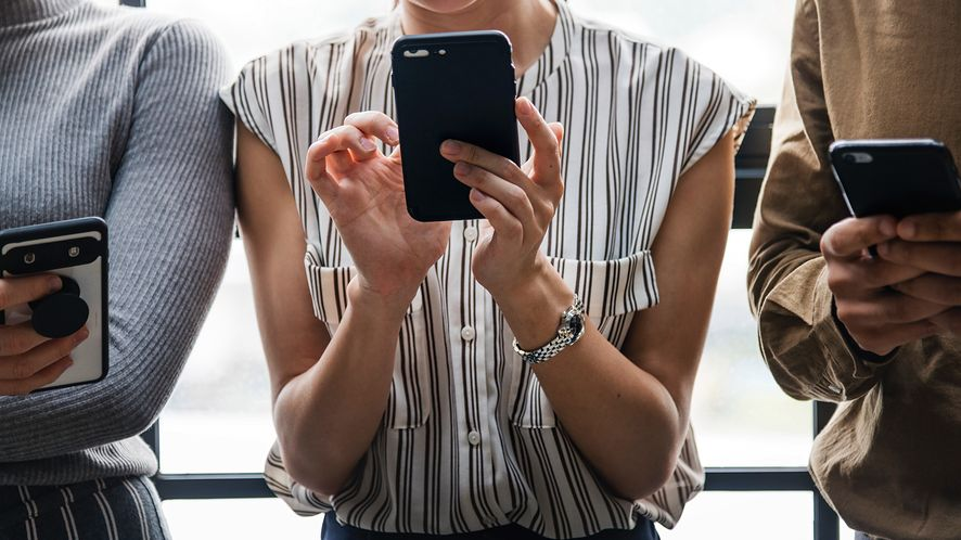 """""""Rz"""": Polacy kupują coraz droższe smartfony, bo mają więcej w kieszeni"""