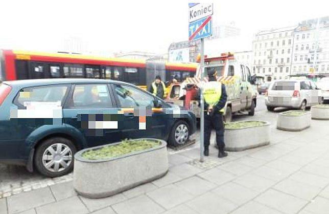 Taksówkarz bez prawa jazdy woził pasażerów