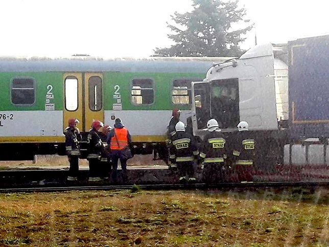 Pilawa. Ciężarówka wjechała pod pociąg, poważne utrudnienia
