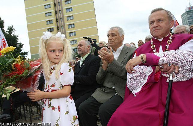 Dzieci chowały się przed księdzem w piwnicach bloków