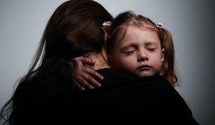 Polacy stoją murem za skatowanym szczeniakiem. Na bite matki i dzieci brakuje nam już empatii?