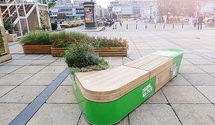 Jedna ławka, tysiące historii. Nowa instalacja przed PKiN-em