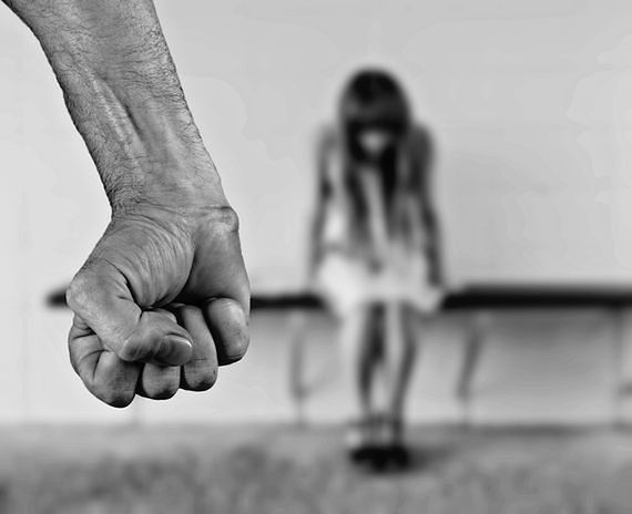 """""""Mąż zmuszał mnie do prostytucji przez 8 lat"""" - wyznała żona asystenta europosła PiS"""