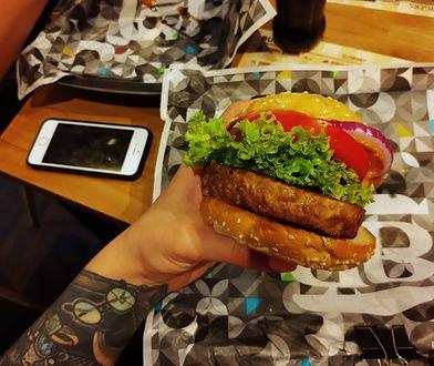 Roślinna kanapka do złudzenia przypomina mięsną.