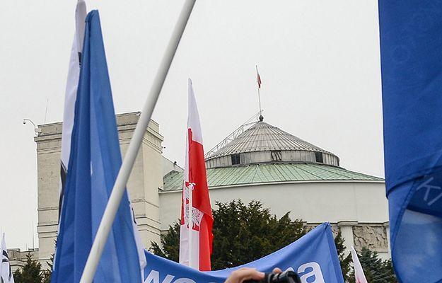 """Sondaż dla """"Faktów"""" TVN: mimo kryzysu sejmowego zwycięża PiS"""