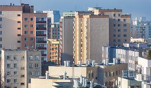 Kobieta z bloku na Gocławiu wyrzucała z balkonu różne przedmioty.