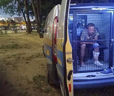 Warszawa. Służby zatrzymały nietrzeźwego mężczyznę, który groził ludziom zakrwawionym nożem (fot. Straż Miejska)