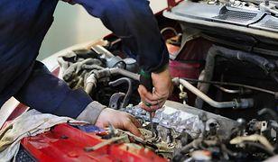 Zażądał natychmiastowej naprawy auta. Mechanik odmówił, więc klient chwycił za kątownik