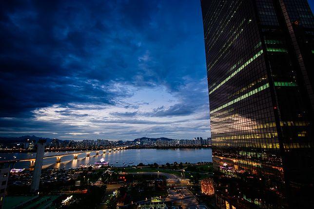 Transfer z Lotniska Seul-Gimpo do centrum Seulu nietrudno zorganizować, ponieważ port lotniczy jest oddalony zaledwie o 17 km od miasta