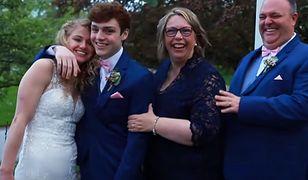 Zakochani nastolatkowie w dniu ślubu