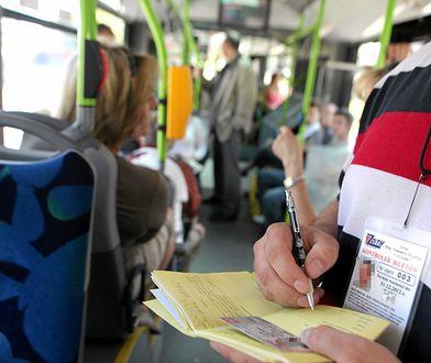 Kontroler wypisuje mandat za brak biletu w tramwaju