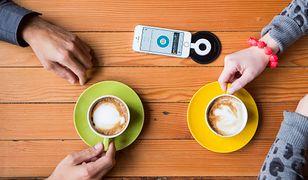 Pij kawę i ładuj telefon