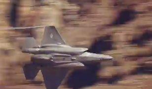 F-35 na tle wąwozu w Dolinie Śmierci