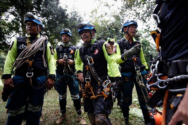 Spektakularną akcję uwalniania chłopców z zalanej jaskini Tham Luang rozpoczęto w niedzielę