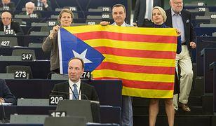 Helga Stevens (P) razem z partyjnymi kolegami przyniosła do Parlamentu Europejskiego flagę Katalonii