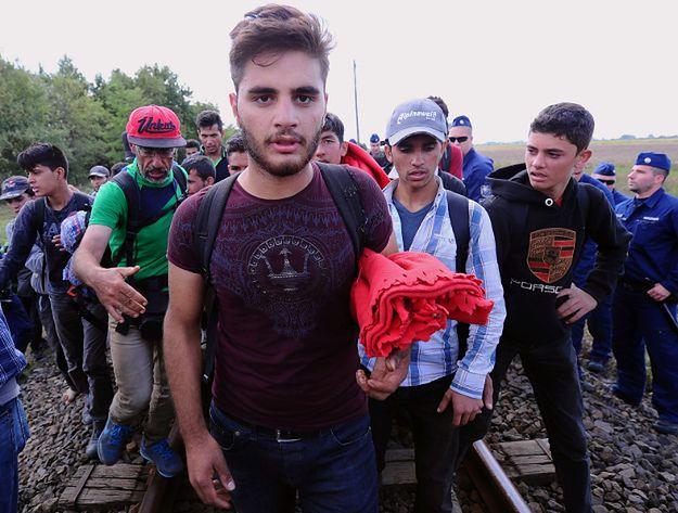 Imigranci z różnych państw na torowisku w pobliżu węgiersko-syryjskiej granicy