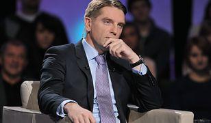 """Tomasz Lis pokazuje, jakie loga pojawiły się na imprezie """"Gazety Polskiej"""""""