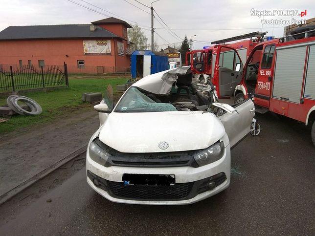 Auto z impetem uderzyło w koparkę