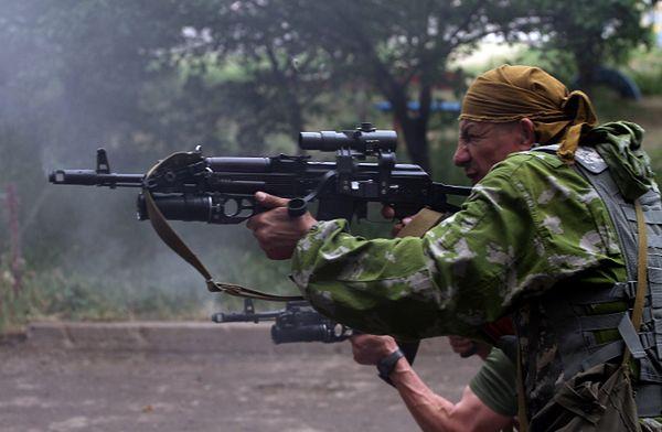 Prorosyjscy separatyści podczas ataku na siedzibę ukraińskiej straży granicznej w Ługańsku; 2 czerwca