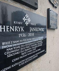 Gdańsk. Zniszczono tablicę poświęconą ks. Henrykowi Jankowskiemu