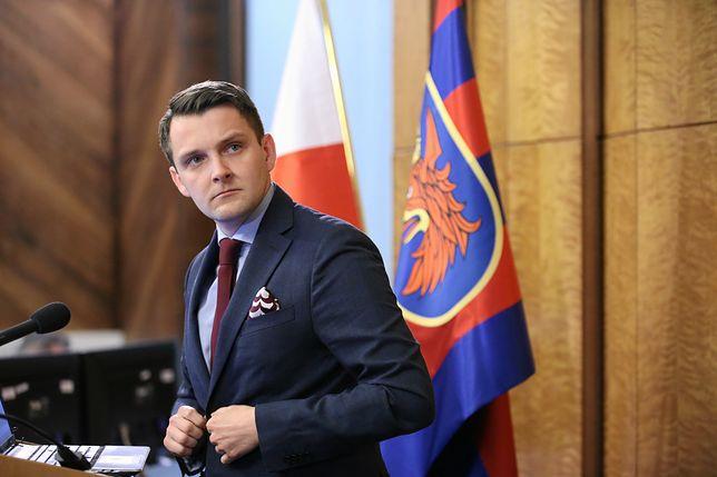 Kuriozalna sytuacja. Radny Wojciech Dorżynkiewicz narzekał na bibliotekę, nie zwracał książek