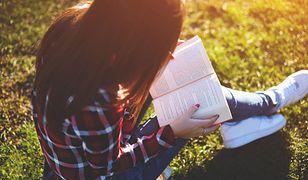 Urlop to idealny czas na nadrobienie zaległości w czytaniu i odpoczynek z książką