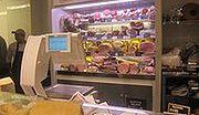 Zamiast mięsa czy ryby pakują do produktów wodę