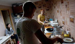 Rodzina nie godzi się na ich wspólne mieszkanie przed ślubem. Młodzi sami decydują o swoim życiu