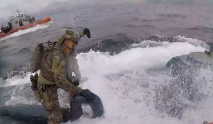Żołnierze odważnie wchodzą na pokład łodzi podwodnej